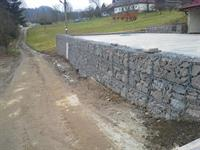 opěrná zeď z gabionů, drátěnné koše, skládaný kámen